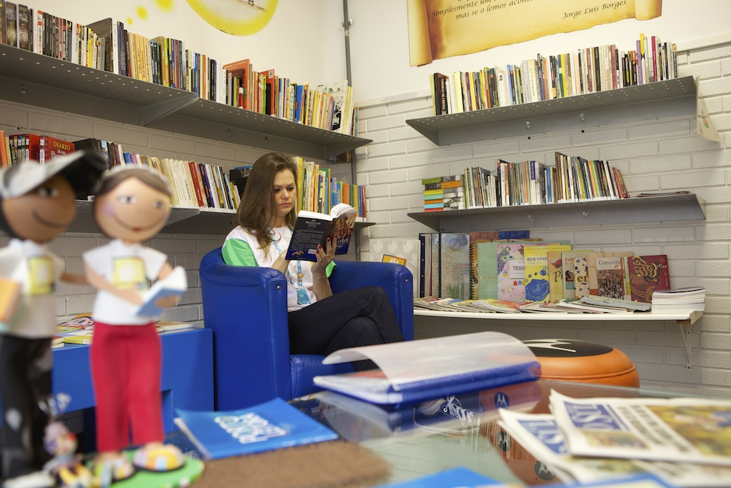 C&A Instituto volunteer reading a book